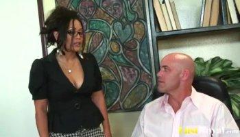 Amateur brunette Eurobabe Aruna drilled in exchange for cash